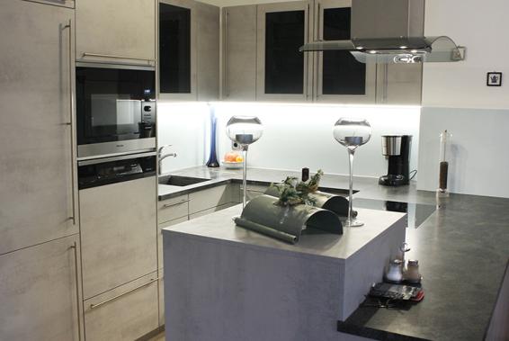 Tolle Küche in U-Form, modernes Beton-Design