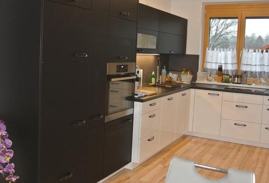 Küche in Schwarz-matt und Weiß-hochglanz
