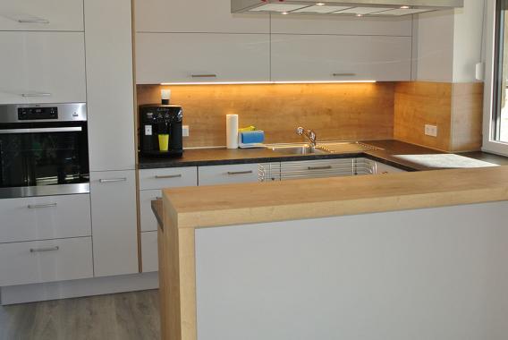 Küche frontal in U-Form mit Insel