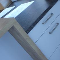 Stauraum auf beiden Seiten der Kücheninsel